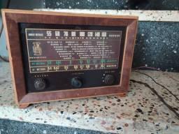 Rádio de madeira antigo
