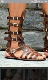 Sandálias e chinelos em couro