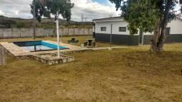 Casa com piscina e grande área de terreno