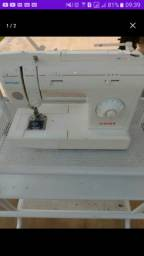 Maquina de costura + mesinha