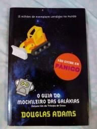 """Livro """"O guia do mochileiro das galáxias"""" em ótimo estado"""