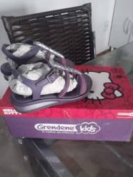 Vende _ se uma sandália da Hello Kitty número 23.