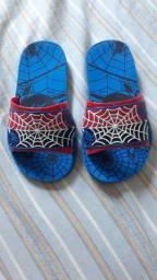 Sandália do homem aranha e do capitão América na caixa