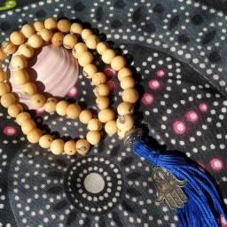 Japamala de Semente de Açaí com pingente Hamsá (Mão de Fátima) - 54 contas