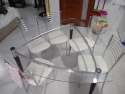 Mesa com tampo de vidro triangular