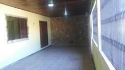 Excelente casa com três quartos sendo uma suíte e com boa localização