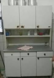 Armario de cozinha e um guarda roupa.