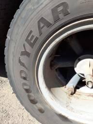 Vendo pneu completo com rodas para caminhão