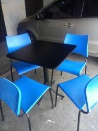 Mesas e cadeiras para lanchonete.
