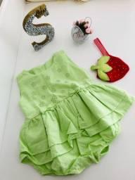 Vestido verde com detalhes de flores