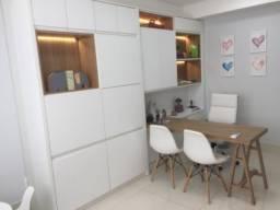 Estante com armário e mesa