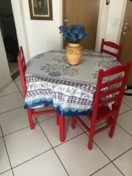 Conjunto Mesa e Cadeiras de madeira