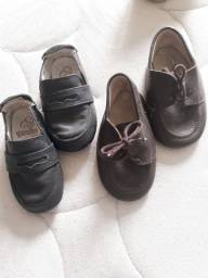 Dois sapatinhos em couro n° 19