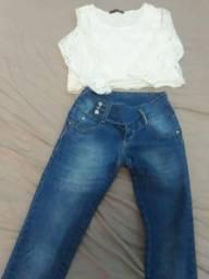 Uma calça Tamanho 38 veste 40 e um cropd de renda M