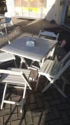 Conjunto de 1 mesa e 4 cadeiras.