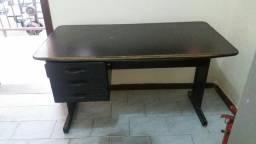Mesa com 3 gavetas usada