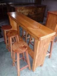Aparador/balcão em madeira maciça com 4 banquetas