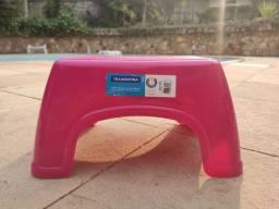 Banquinho de plástico rosa da Tramontina