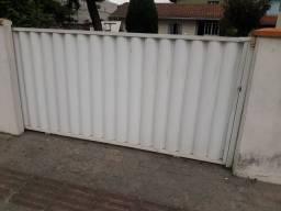 Portão de alumínio branco.  De correr.