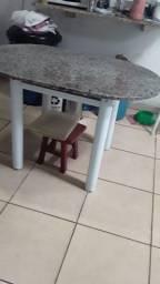 Mesa não acompanha cadeiras