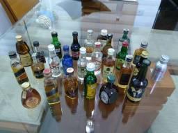 Coleção de miniaturas de garrafas de bebidas