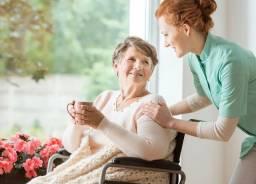 Cuidadora de idosos e  crianças