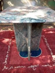 Mesa em mármor, sem cadeiras.