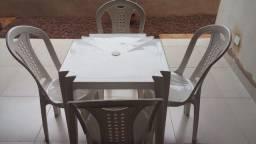 Mesa e 4 cadeiras de plástico - Tramontina