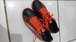 Chuteira Futsal Puma One 5.4 IT Bdp - Laranja+Preto<br><br>