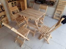 Mesa com quatro cadeiras de madeira
