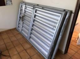 Vendo 2 portões de alumínio garagem usado. cada um com 1,25m por 2,13 por R$ 550,00