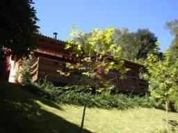 Maravilhosa residência em alvenaria c/ detalhes em madeira