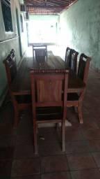 Mesa de madeira nobre com 8 cadeiras