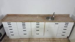 Armário com balcão em granito, cuba e torneira metálica