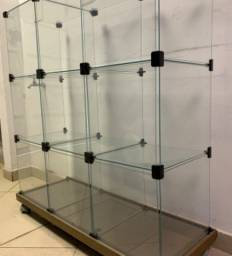 Balcão vitrine de vidro com base de madeira