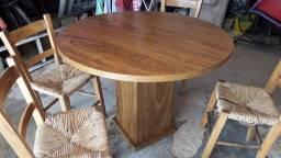 Mesa Redonda em madeira.