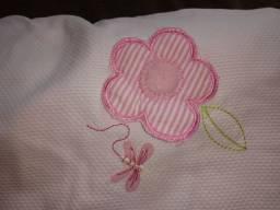 Vendo protetor de berço de menina rosa com flores