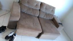Sofá retrátil e reclinável bege.
