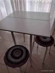 Mesa pequena com bancos