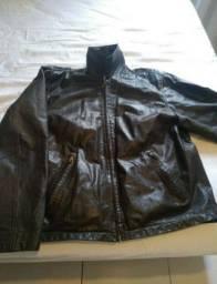 Duas jaquetas de couro legítimo