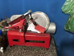 Máquina de cortar frios em bom estado de funcionamento.