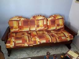 Sofá em madeira estilo country de três lugares