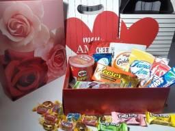Caixa com doces e snacks sortidos importado dos EUA