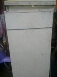 Uma freezer e um forno