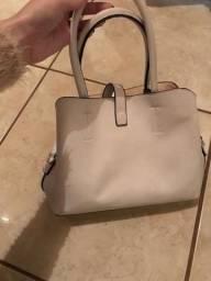 Bolsa branca ela, é pequena pra média