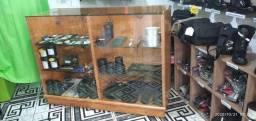Balcão de madeira com vidro temperado