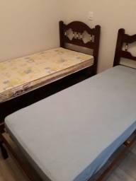 Duas camas de solteiro, com colchão