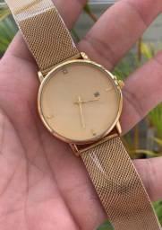 Lindo relógio dourado..