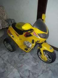 Triciclo de brinquedo elétrico