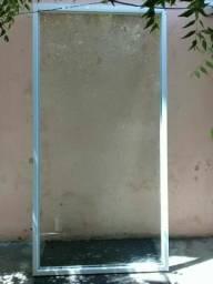 Vitrine com moldura de alumínio branca vidro temperado super conservada.